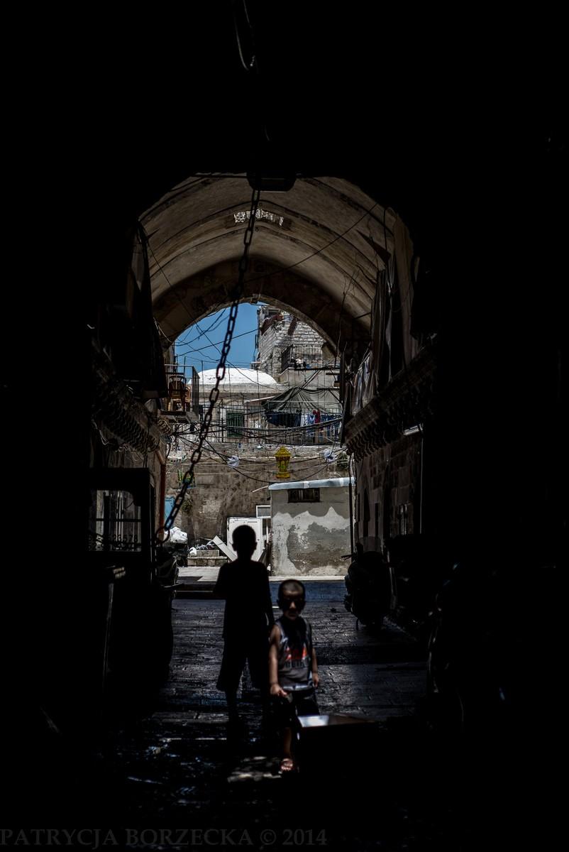 Jerozolima jest istnym labiryntem ulic i uliczek, w których naprawdę łatwo się zgubić. Na zdjęciu widzimy dzieci bawiące się w jednej z nich.