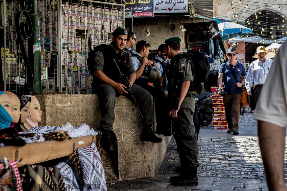 Arabski targ we Wschodniej Jerozolimie. Tego dnia, dokładnie w tych okolicach odnaleziono spalone ciało palestyńskiego nastolatka. Była to jedna z przyczyn dalszej eskalacji konfliktu oraz wysłania jeszcze większej ilości izraelskich służb mundurowych do Dzielnicy Muzułmańskiej.