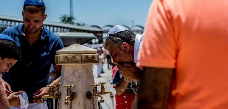 Mężczyzna przemywający twarz przy Ścianie Płaczu. Żydzi traktują to miejsce z ogromnym szacunkiem i namaszczeniem.