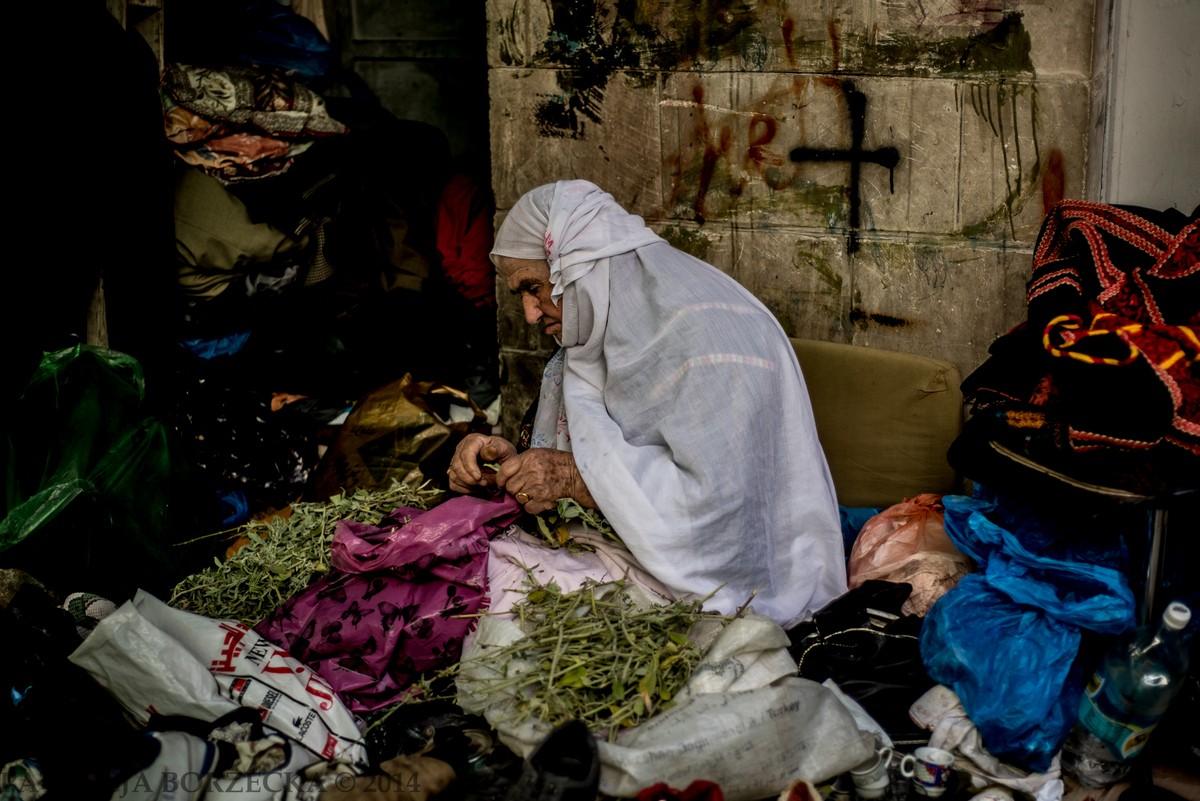 W Ramallah każdy się zna. Kobieta, która na pozór wyglądała na samotną, chwilę później została powitana i pozdrowiona przez przyjaciół z naprzeciwka