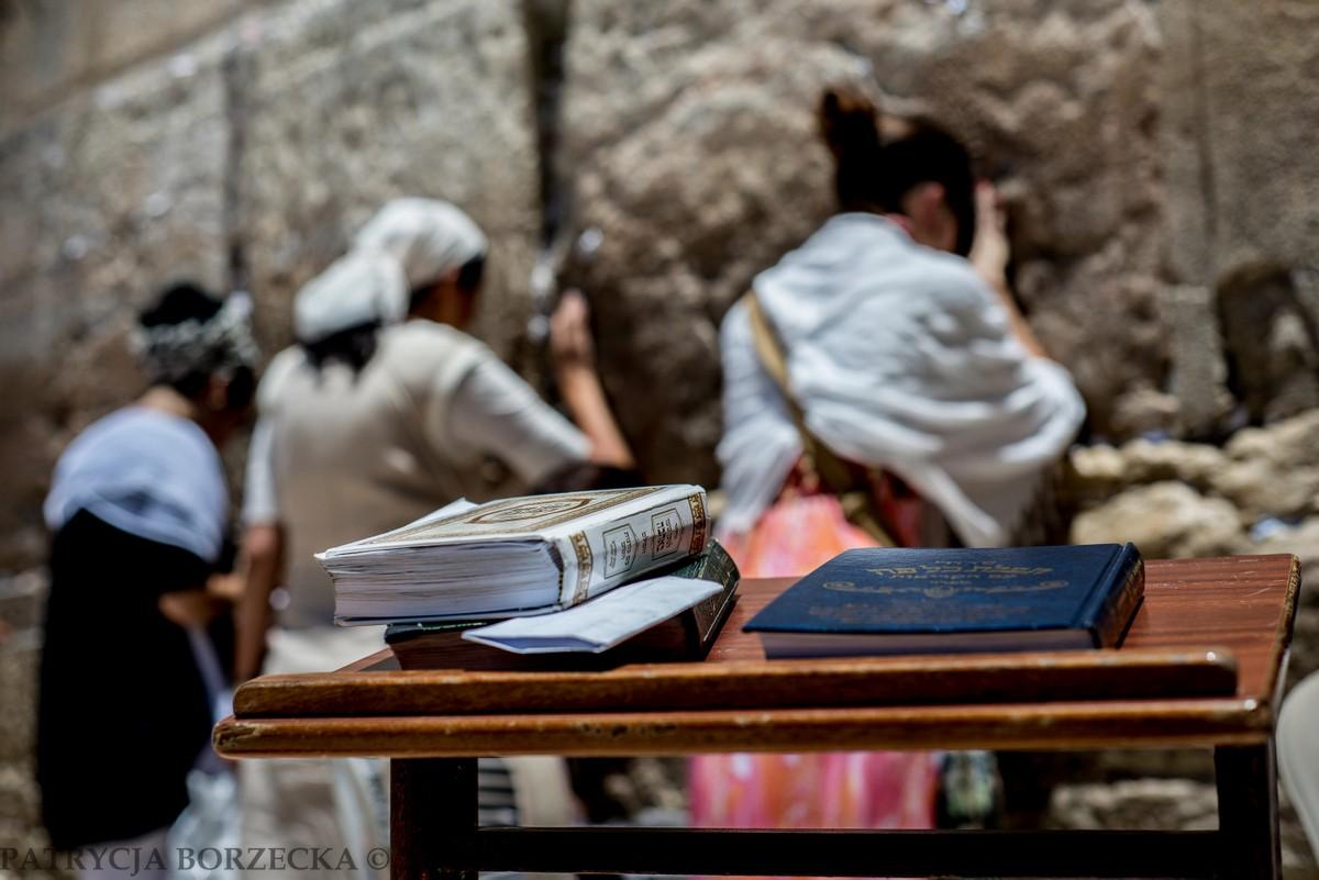 Przy Ścianie Płaczu naturalnym widokiem są różne księgi i modlitewniki. Żydzi potrafią modlić się z ich pomocą od świtu do zmierzchu.