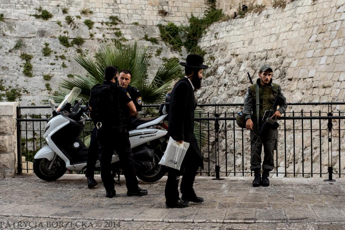 Partol w Dzielnicy Żydowskiej. Jeden z chasydów przecinający drogę w pobliżu Wieży Dawida. Zachowywał się zupełnie obojętnie w pobliżu licznie otaczających go karabinów.