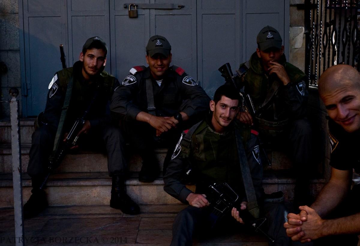 Nocne przegrupowanie policji w Dzielnicy Żydowskiej. Nocami dochodziło do największej ilości zamieszek. Około godziny 20 wszyscy sprzedawcy zamykali swoje sklepy i ruszali do domów. Policja natomiast zdecydowanie odradzała mi poruszanie się tą porą po mieście.