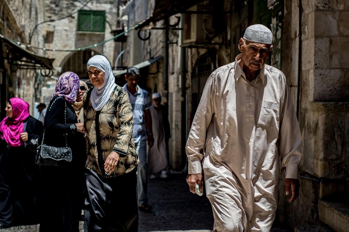 Wschodnia Jerozolima. Mężczyzna i kobieta w tradycyjnych strojach muzułmańskich.