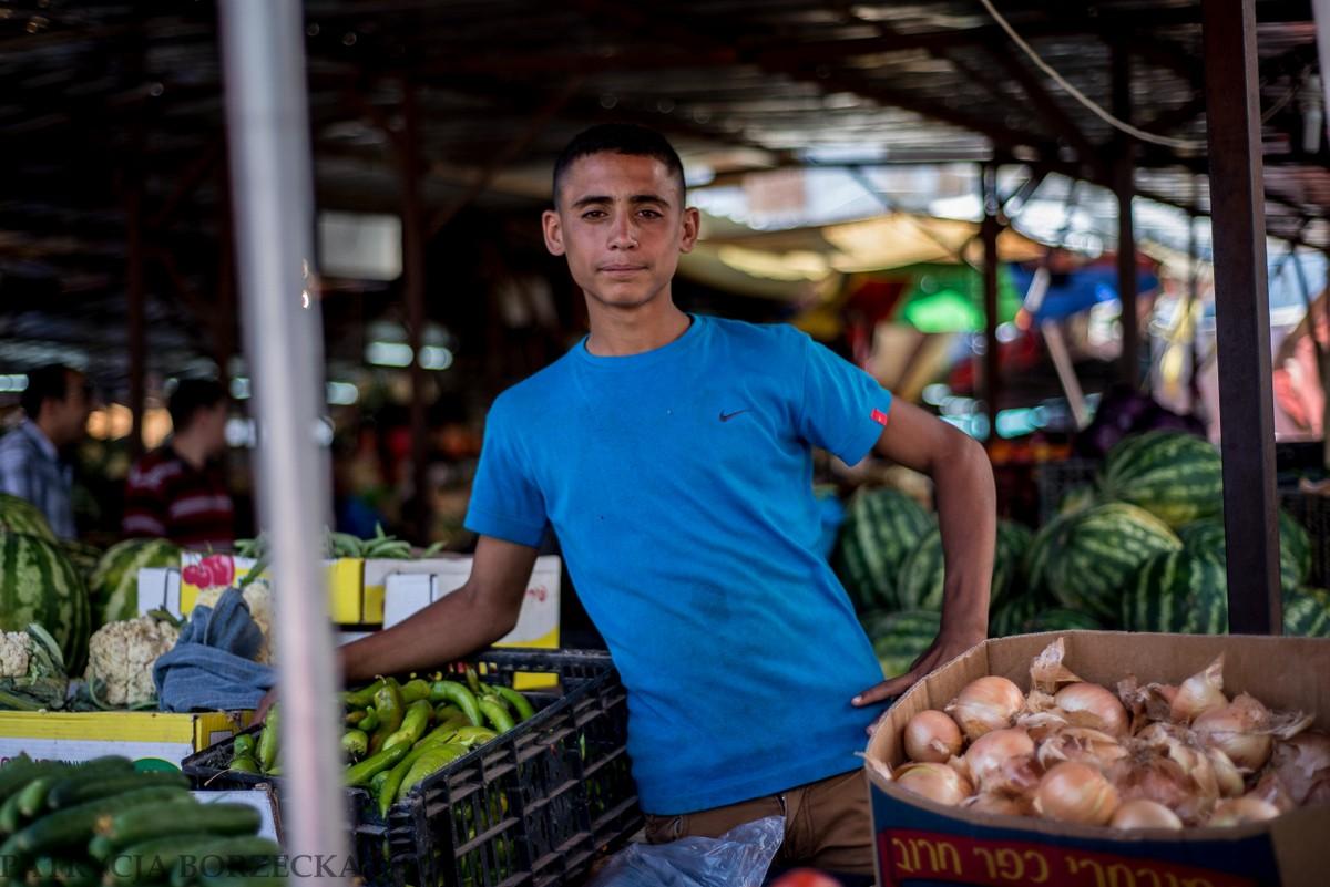 Palestyński chłopiec oprowadził mnie po całym targu przedstawiając przy tym wszystkim znajomym.