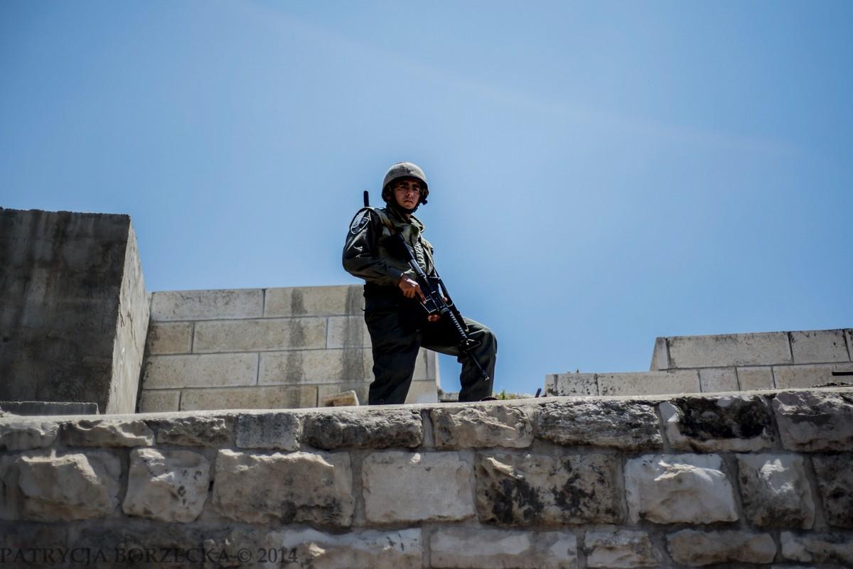 Nikt nie przeszedł bez uprzedniej kontroli i zezwolenia. Pilnowali tego również żołnierze oraz policjanci rozstawieni na murach Jerozolimy.