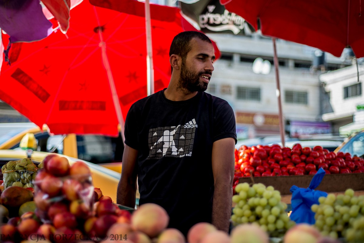 Nedal - mężczyzna, który uczył mnie fachu sprzedawcy owoców oraz języka arabskiego. Po godzinie wspólnie spędzonego czasu zostałam zaproszona na wieczerzę do jego domu rodzinnego. Od tamtej pory nigdy nie zapomnę smaku arabskiej kuchni.