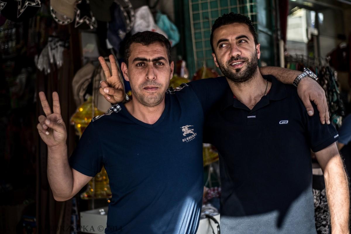 Sprzedawcy ubrań przy głównej ulicy w Ramallah. Uśmiechnęli się serdecznie gdy przechodziłam obok. Odpowiedziałam uśmiechem robiąc jednocześnie zdjęcie. Nie próbowali mi nic wcisnąć.