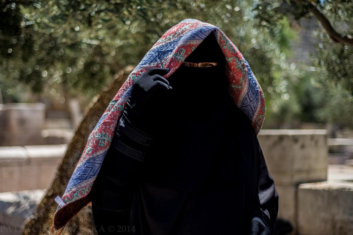 Abaja i nikab - tradycyjne nakrycie ciała oraz głowy w tradycji islamskiej. W kulturze zachodniej często utożsamiane z symbolem ciemiężenia kobiety. W praktyce - poza Arabią Saudyjską - noszenie abaji i nikabu jest dobrowolne. Kobieta ubiera się w ten sposób dając znać, że nie chce mieć kontaktów z mężczyznami. W większości krajów arabskich ubiór ten oznacza, że mężczyzna nie powinien do niej mówić, ani na nią patrzeć. Palestyńscy mężczyźni uważają, że w ten sposób okazują takiej kobiecie szczególny szacunek.
