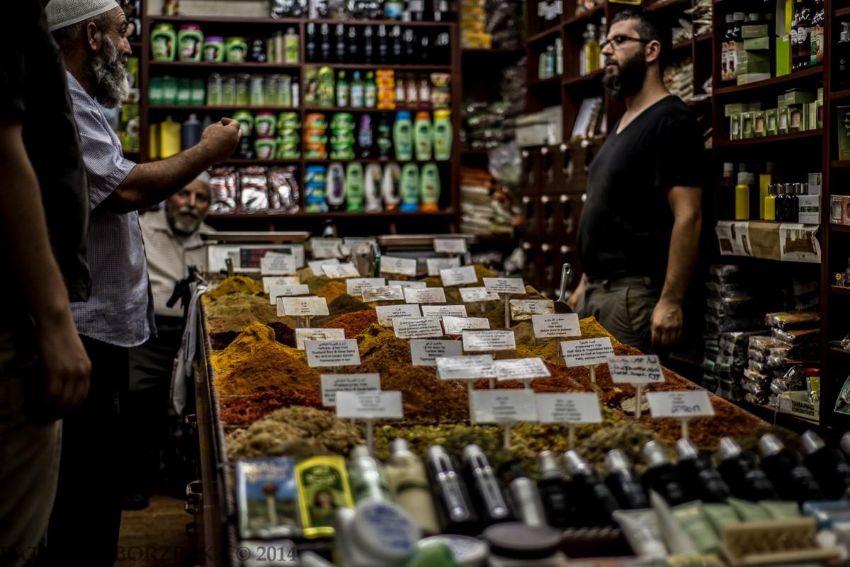Klasyczny arabski targ z przyprawami. Przechodząc obok nie sposób pozostać obojętnym na gamę egzotycznych zapachów rozchodzących się niejednokrotnie na cały targ.