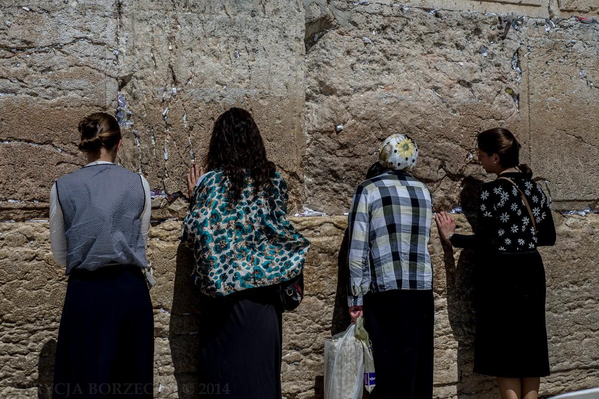 Kobiety modlące się przy Ścianie Płaczu zdawały się nie zauważać innych ludzi przebywających w pobliżu.