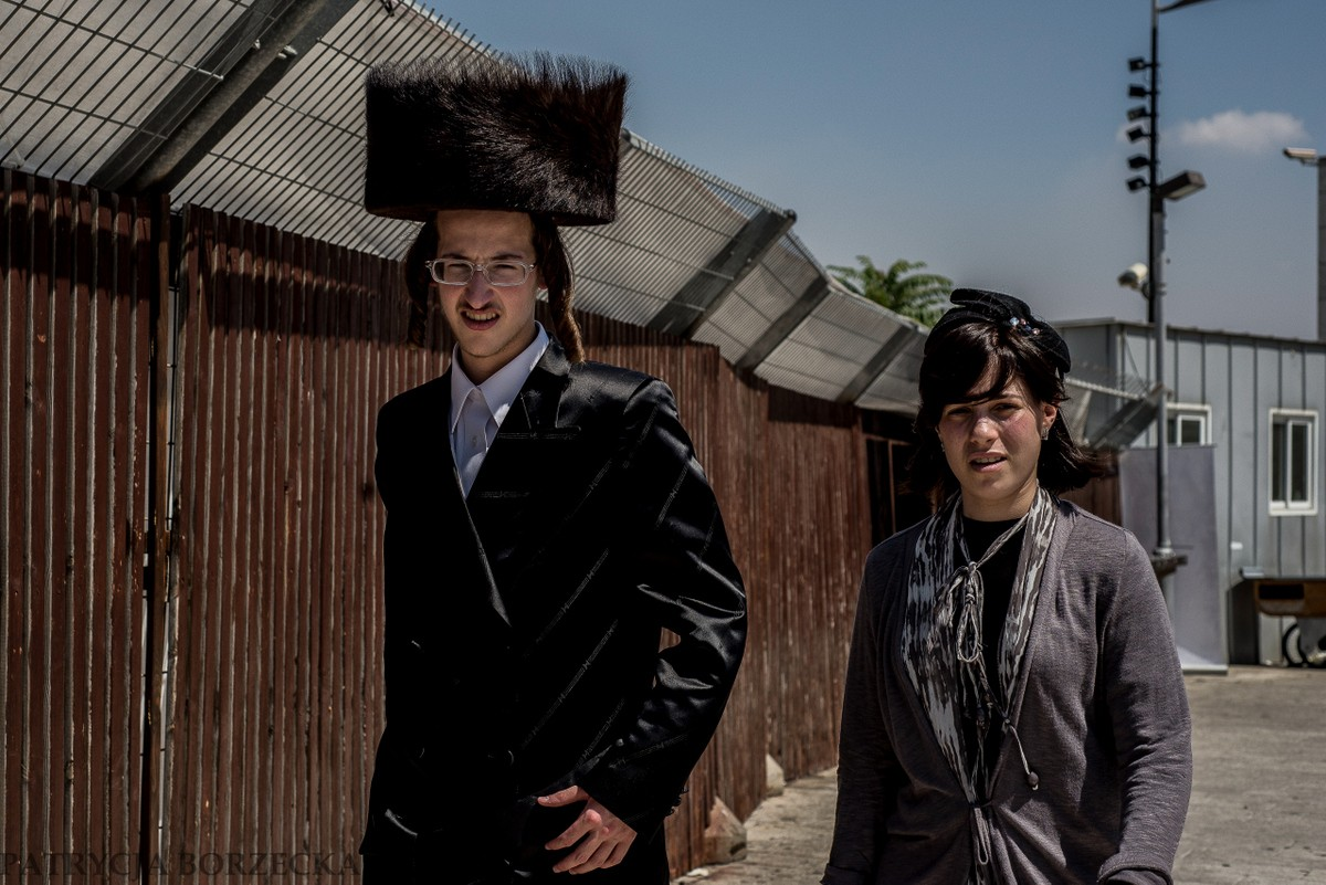 Chasydzi trakcie ważnych świąt, a przede wszystkim szabatu - na głowach noszą futrzane czapki zwane sztrajmł.