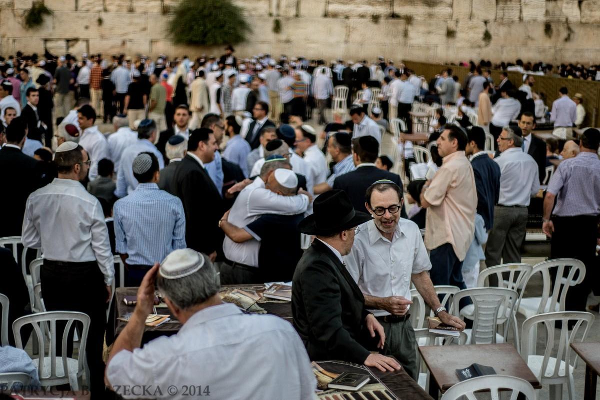 Żydzi izraelscy w czasie szabatu świętują, śpiewają i padają sobie w ramiona.