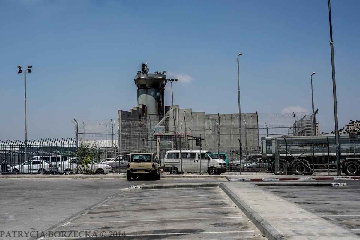"""Mur bezpieczeństwa, zwany także murem separacji, powstał z inicjatywy izraelskiej w roku 2003. Oficjalnym celem budowy muru miała być ochrona obywateli Izraela przed ewentualnymi atakami terrorystycznymi ze strony Palestyny. Mur od początku istnienia budził wiele kontrowersji wśród światowej opinii publicznej. Międzynarodowy Trybunał Sprawiedliwości w Hadze nazwał go """"murem apartheidu""""."""
