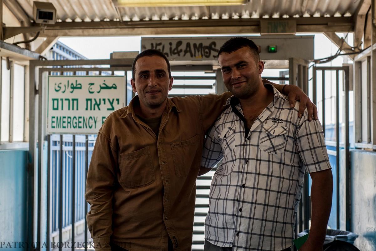 Dwóch palestyńskich mężczyzn po przejściu przez check point poprosiło mnie o pamiątkowe zdjęcie. Zaśmiałam się, że to pewnie historyczna chwila. Usłyszałam, że raczej codzienność. Palestyńczycy z Ramallah często posiadają członków rodziny na terenie Wschodniej Jerozolimy, co jest powodem ich licznych wizyt w Izraelu.