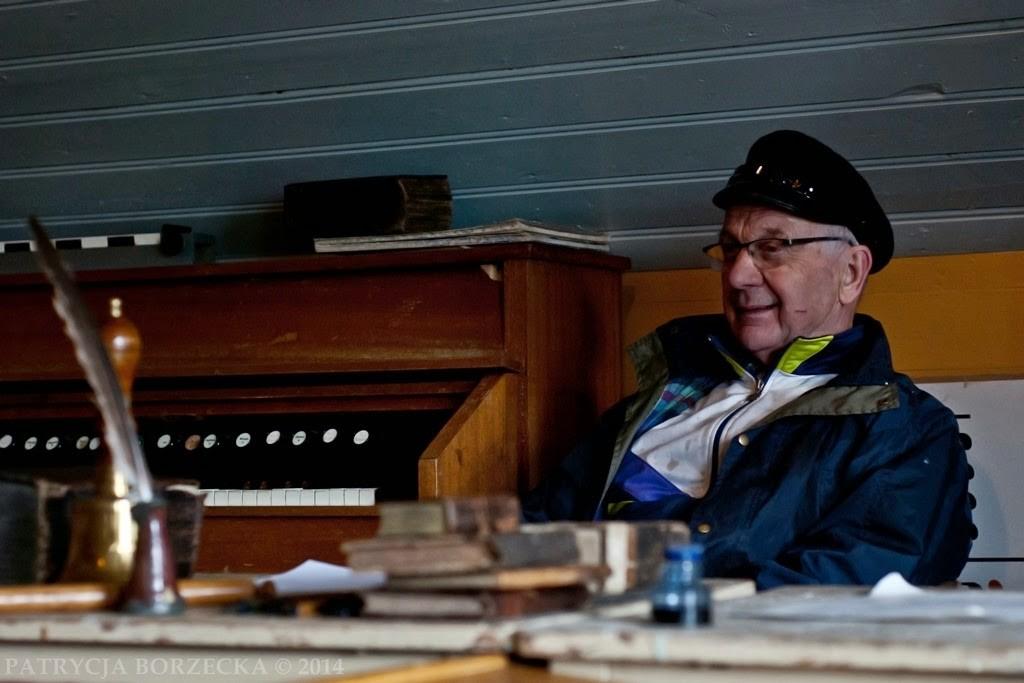 Johan Storm, gospodarz farmy Tangeras i opiekun muzeum, które niegdyś było domemDiabła Północy. Prócz tego emerytowany nauczyciel.
