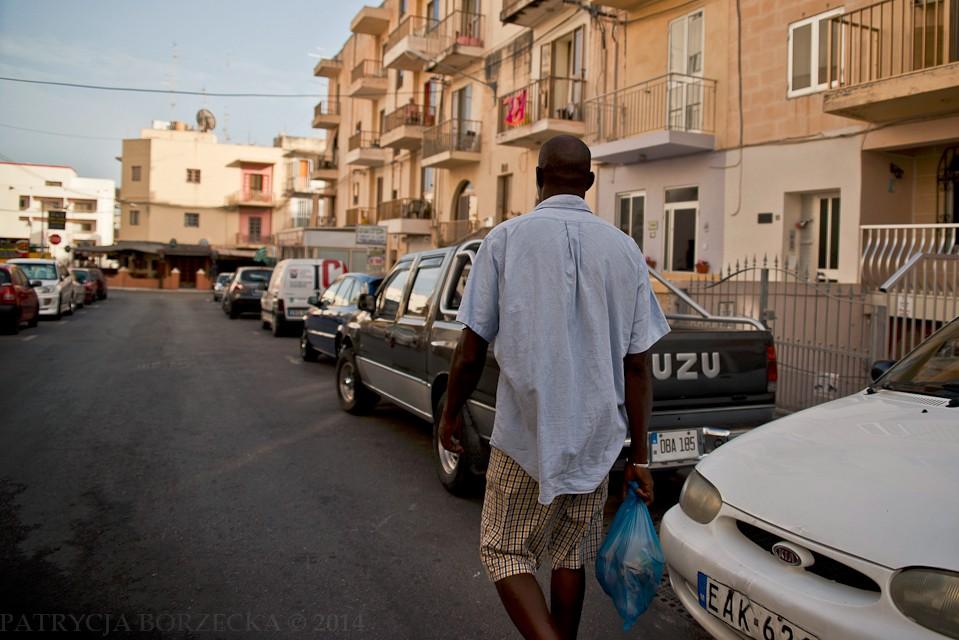 W czasie sjesty ruch samochodów jest mocno ograniczony. Można bez problemów poruszać się pieszo wzdłuż ulicy