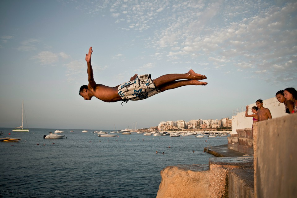 Nieco starsi mieszkańcy też nie mogą narzekać. Cliff jumping to jedna z ulubionych rozrywek nastoletnich Maltańczyków.