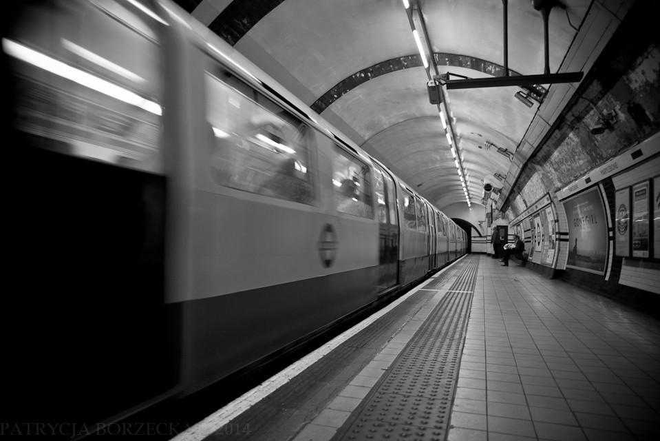 Godzina 11:17. Wschodnia część Londynu. Ludzie wsiadają do metra. Godzina taka, że szczytu nie ma i stacja jest pusta.