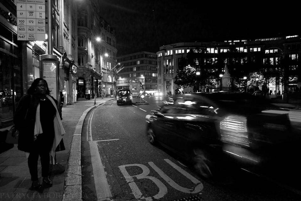 Godzina 20:17. Kobieta oczekuje na autobus. Ostatni odjechał bez niej. Próbowała go dogonić, ale tym razem się nie udało.