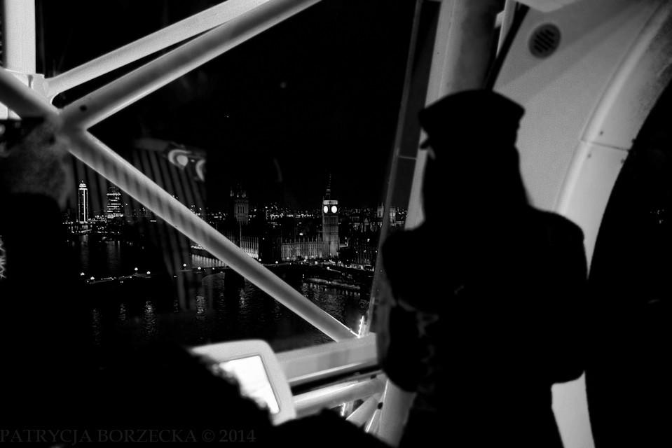 Godzina 21:22. Kobieta spogląda na Pałac Westminsterski ze szczytu London Eye. Patrzy bardzo długo i nostalgicznie.