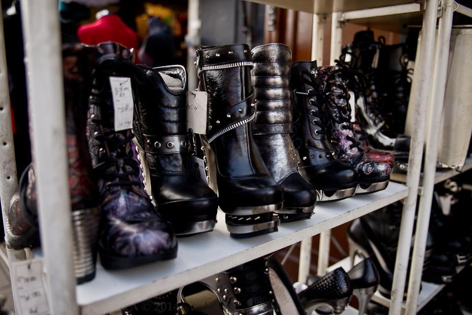 Po czym poznamy, że właśnie zostawiliśmy za sobą konwencjonalną część Camden Town, a właśnie przechodzimy do tej bardziej alternatywnej? Gotyckie ubrania i ekscentrycznie wyglądające buty za 120 funtów będą dobrym wyznacznikiem.