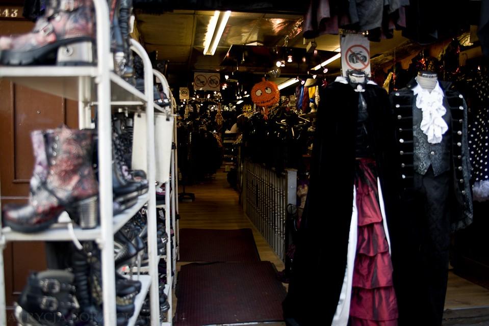 Gorsety, żaboty, płaszcze i suknie - tego również nie zabraknie w marketach rozmieszczonych w Camden.