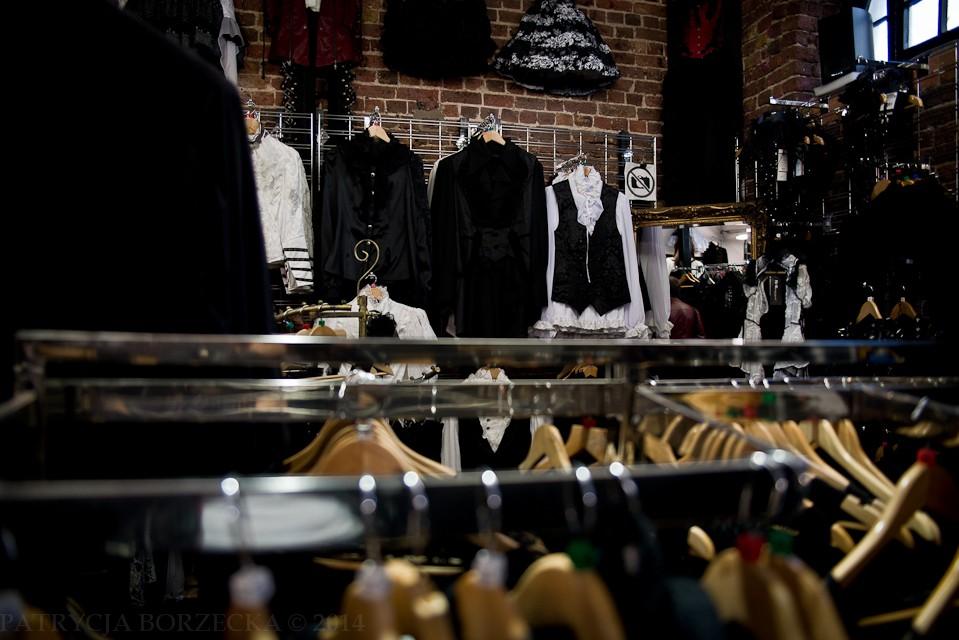 ...Oraz naprawdę szeroki wybór odzieży. Niektóre sklepy posiadają po kilka pięter, na których znajduje się sama odzież gotycka i to przykładowo - wyłącznie dla kobiet. Wybór jest naprawdę szeroki. Ciężko gdziekolwiek znaleźć większy. Nawet sklepy internetowe nie dysponują tak zróżnicowanym asortymentem.