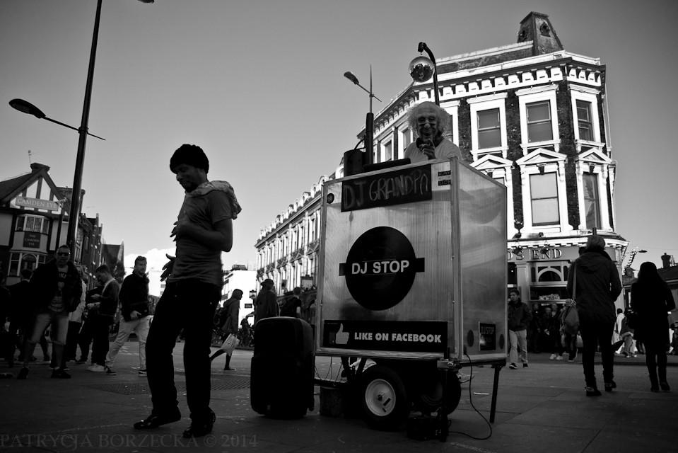 Godzina 17:09. Uliczni artyści i muzycy wyczuli już odpowiednią porę. W Londynie - widok bardzo powszechny.