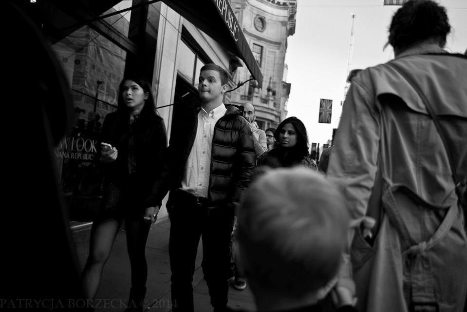 Godzina 18:56. Wiele osób idzie już do kin, teatrów, na zakupy. Londyńczycy nie przepadają za spędzaniem czasu wolnych wieczorów w domach.