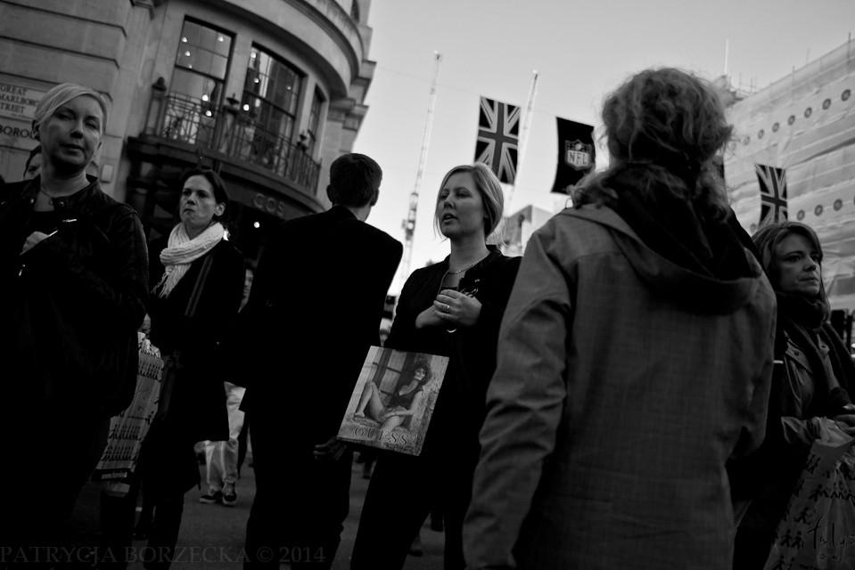 Godzina 18:58. Im bliżej Oxford Street tym większy tłok i tym więcej kobiet wracających z zakupów.