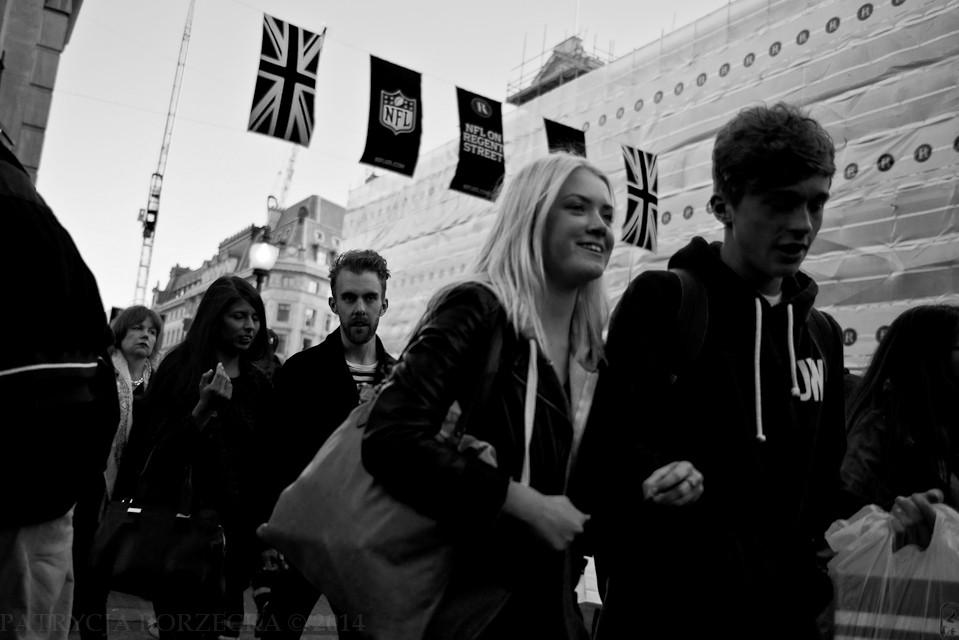 Godzina 18:59. Na ulicach widać coraz więcej młodych ludzi, głównie par. Jest sobotni wieczór, więc widok ten nikogo nie dziwi.