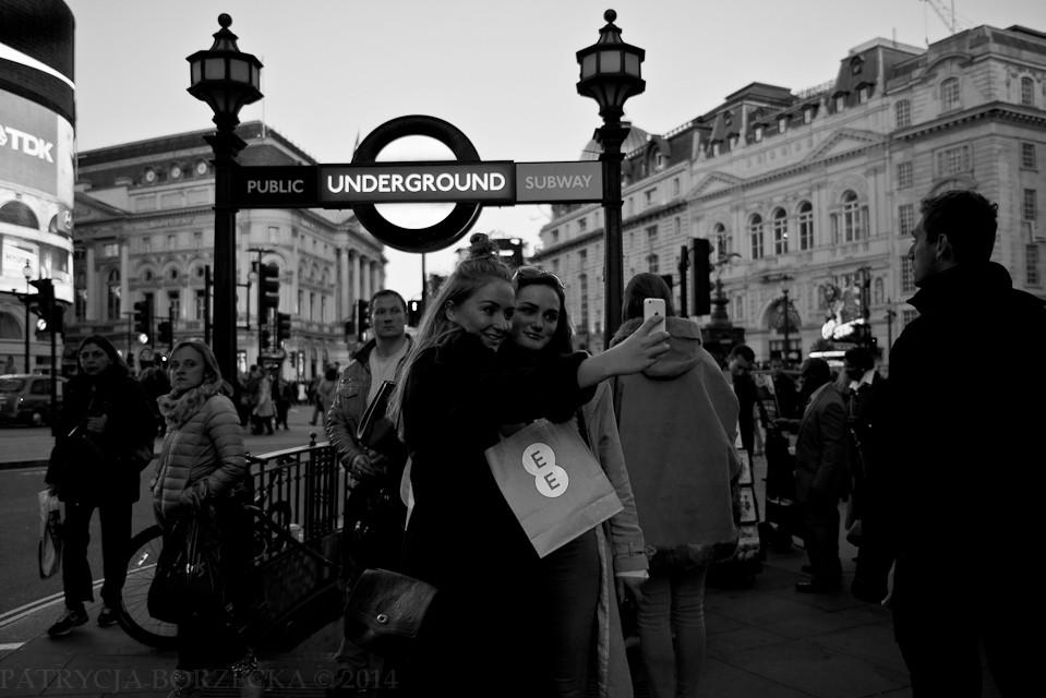 Godzina 19:10. Picadilly Circus. Dwie przyjaciółki śmieją się i kilkukrotnie powtarzają ujęcie w jednym z najbardziej charakterystycznych miejsc Londynu.
