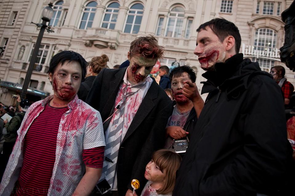 Dziewczynka dostała lizaka, po czym spojrzała na tańczące zombie. Niestety tata pozwolił jej dołączyć do zabawy.