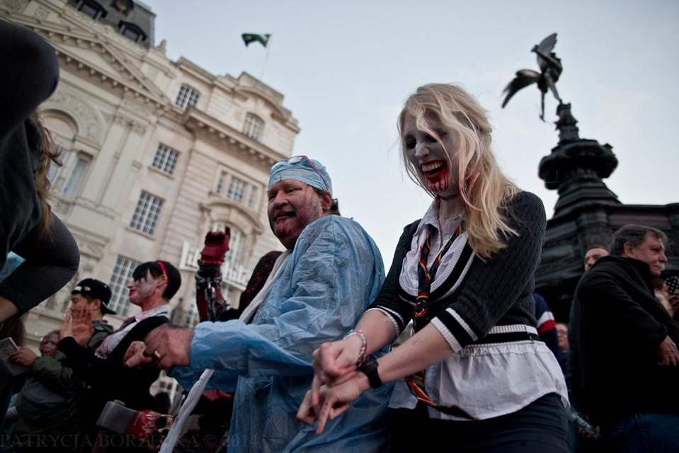 Taniec to żywioł. Podczas Światowego Dnia Zombie w Londynie go nie brakło. Truposze  tańczyły i śpiewały, uderzając przypadkiem łańcuchami niektórych przechodniów.