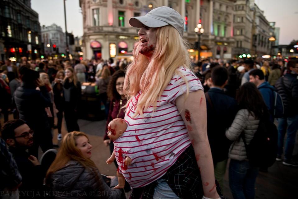 """""""Przejście dla matki z dzieckiem!"""" - krzyknęła kobieta. Jak przystało na prawdziwe zombie, zrobiła to głośno i donośnie, a tłum rozstąpił się natychmiast."""