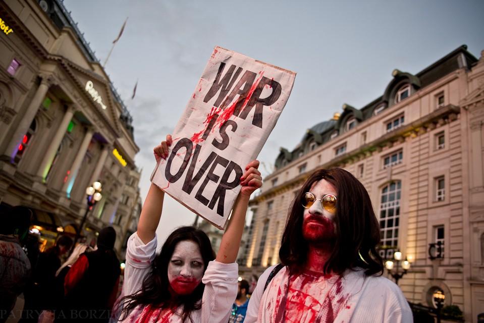 """""""War is over"""", czyli """"Wojna skończona"""". Londyńskie zombie skandowały liczne tego typu hasła."""