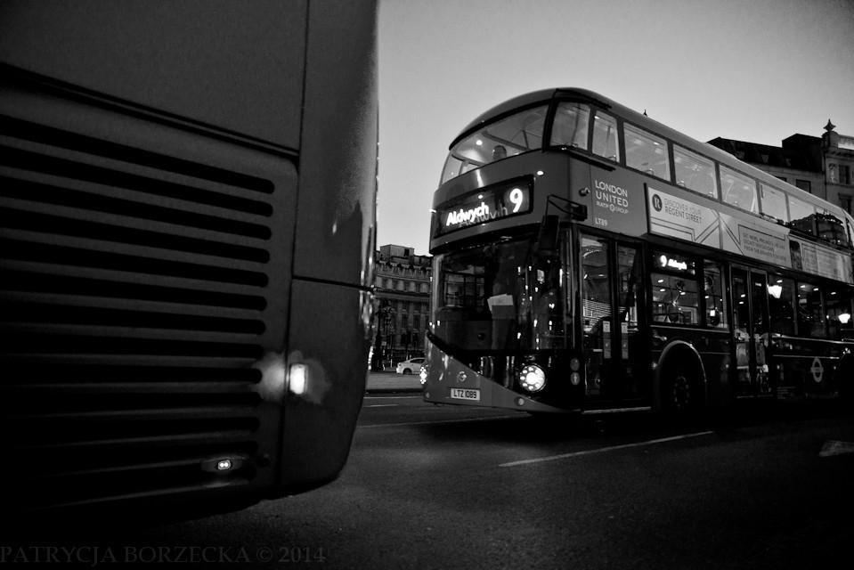 Godzina 19:46. Double-decker, symbol stolicy. Aż ciężko uwierzyć, że władze miasta zastanawiały się kiedyś nad jego wycofaniem na rzecz wprowadzenia tańszych, jednopiętrowych, klasycznych autobusów.