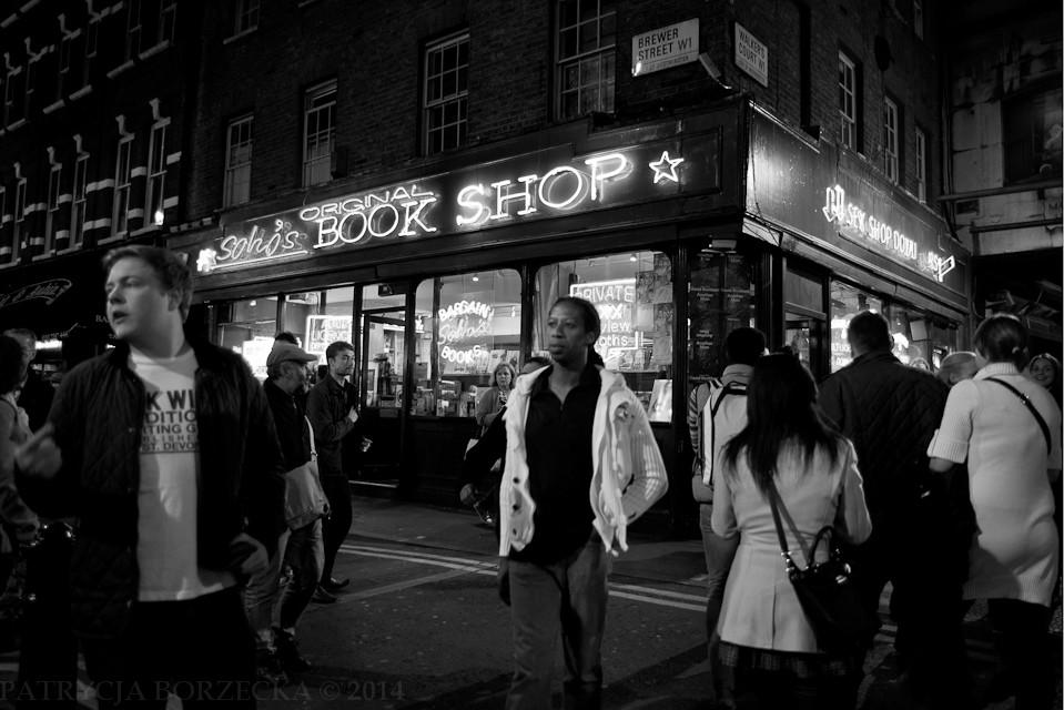 Godzina 22:52. Dzielnica Soho. W sobotni wieczór znalezienie tutaj pubu z wolnym miejscem siedzącym graniczy z cudem.