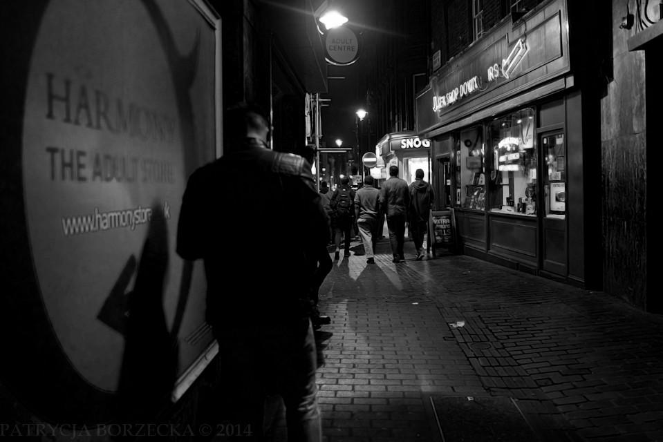 Godzina 23:38. Mężczyzna sprawdza coś w telefonie. Po jego lewej stronie - sklep dla dorosłych. Za chwilę do niego wejdzie, a potem uda się na imprezę. Spędzi długi wieczór na Soho. Rano być może obudzi się z kacem moralnym. Tak zakończy swój londyński dzień.