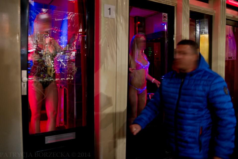 """Dzielnica czerwonych latarni, czyli najbardziej kontrowersyjne miejsce Amsterdamu. W oknach stoją prostytutki, przybierając śmiałe pozy i zachęcając do skorzystania ze swojej oferty. Część z nich pracuje dobrowolnie. Część jest do tego zmuszana, o czym nie wiedzą ich rodziny. Z tego też powodu panuje zakaz robienia zdjęć. Jakiś czas temu w Amsterdamie została przeprowadzona kampania przeciwko handlowi żywym towarem. Bardzo mocny film można znaleźć na Youtube pt. """"Girls going wild in red light district""""."""