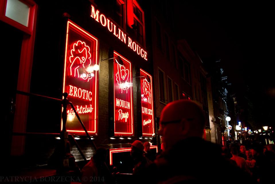 Moulin Rouge - słynna nazwa klubu striptizerskiego, kojarząca się przede wszystkim z Paryżem. W Amsterdamie też ma swój odpowiednik. Przed wejściem w sobotni wieczór - tłum mężczyzn, zachowujących się jakby przyszli obejrzeć zwierzęta w ZOO.