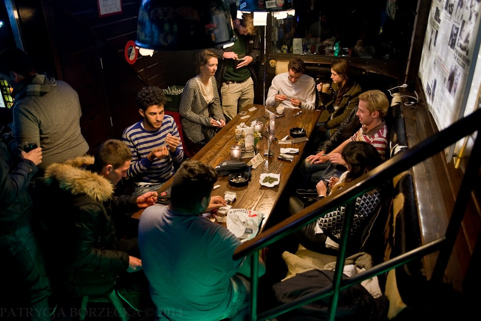 Zupełnie inna atmosfera panuje w amsterdamskich coffee shopach. Ludzie palą marihuanę i przygotowują skręty na stołach. Panuje pozytywny klimat.