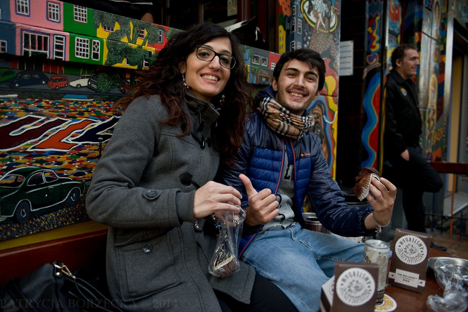 Młodzi ludzie uśmiechają się jedząc ciastka z haszem. Prawdopodobnie nie wiedzą jeszcze jaki przyniesie to skutek, jednak uśmiech na twarzy już widać.