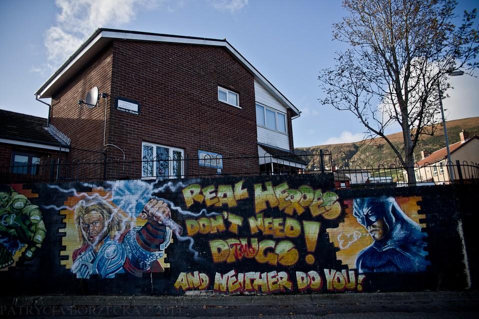 """""""Prawdziwi herosi nie potrzebują narkotyków"""" - katolicka cześć Belfastu była od zawsze przeciwna zażywaniu narkotyków. Graffiti jest przesłaniem dla młodych ludzi. Mobilizuje by trzymali się z daleka od dragów."""