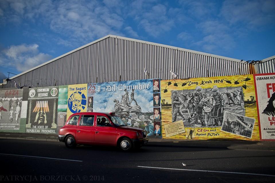 Ściana pełna przemyśleń i przekazów. Wielu ludzi przejdzie obok niej obojętnie. Jedni dlatego, że widzieli ją wielokrotnie. Inni być może się nie zgodzą z zawartą treścią. A jeszcze inni po prostu się nią nie zainteresują. Dla wielu turystów przybywających do Belfastu, miasto to tylko Titanic i ?Gra o tron?. Titanic, bo został tutaj wybudowany w 1912 roku i w Belfaście znajduje się ogromne muzeum do tego nawiązujące. ?Gra o tron?, ponieważ to właśnie tutaj seria jest kręcona.