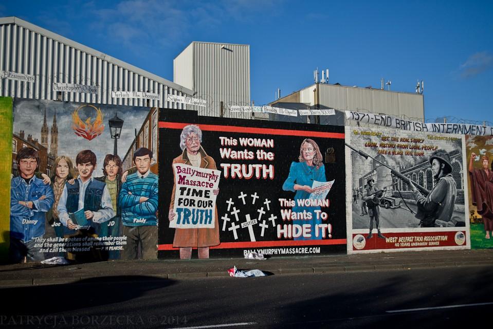 Ballymurphy Massacre - 9 sierpnia 1971 roku Armia Brytyjska zorganizowała akcję, która miała na celu znalezienie i aresztowanie działaczy IRA. Gdy brytyjscy żołnierze wkroczyli na teren dzielnicy Ballymurphy, zostali zaatakowani. Odpowiedzieli ogniem, co doprowadziło do śmierci 11 miejscowych cywilów. Rząd brytyjski usiłował ukryć to zdarzenie. Grafika na samym środku do tego nawiązuje. Po lewej stronie widzimy kobietę, która domaga się prawdy o swoich zmarłych rodakach. Po prawej stronie widzimy natomiast Żelazną Damę, która próbuje tę prawdę ukryć.