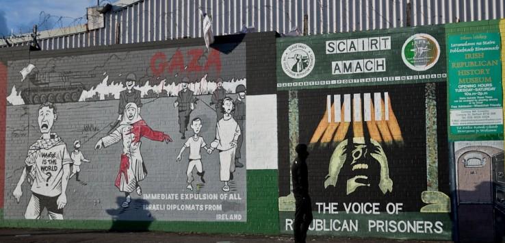 Młody mężczyzna spaceruje boso wzdłuż chodnika. Przygląda się malowidłu mówiącemu o uwolnieniu irlandzkich więźniów politycznych. Po lewej stronie zaś znajduje się nawiązanie do obecnego konfliktu izraelsko-arabskiego. W Belfaście wielu ludzi popiera sprawę Palestyny.  Uważają, że sytuacja Palestyńczyków jest podobna do sytuacji Irlandczyków sprzed lat.
