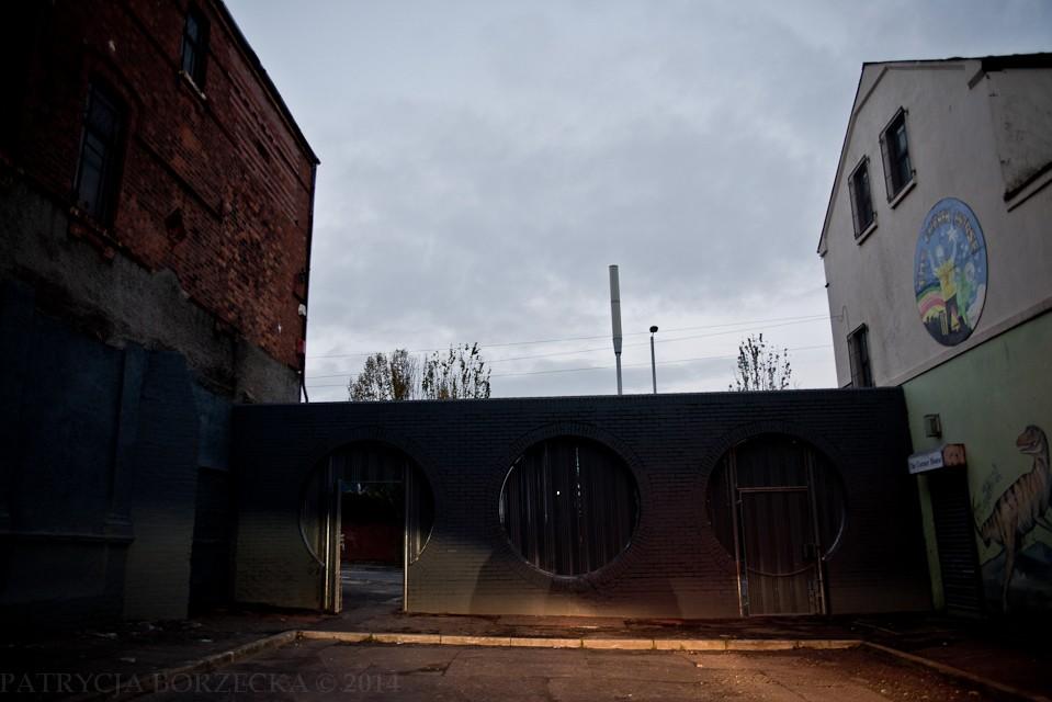 Dowodem tego są bramy znajdujące się w murze. Do tej pory zamykane są one po zapadnięciu zmroku. W przypadku domów znajdujących się na granicy dzielnic, wiele okien jest zakratowanych. W niektórych miejscach zdarzają się sytuacje takie jak wzajemne rzucanie dużymi kamieniami do środka. Sprawcami są głównie dzieci w wieku szkolnym.