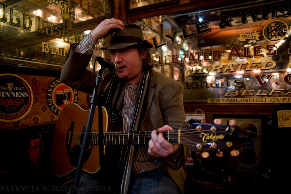 Nie da się zaprzeczyć, że klimat jest specyficzny. Mężczyzna gra na gitarze typowo irlandzkie utwory, a reszta ludzi przyśpiewuje co jakiś czas. Panuje bardzo przyjazna atmosfera.